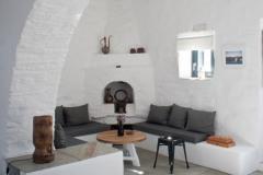 Le salon avec l'arche en pierre